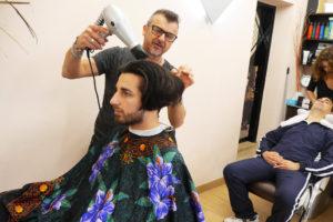 Head Cutter mentre taglia i capelli e Valentina fa lo shampoo